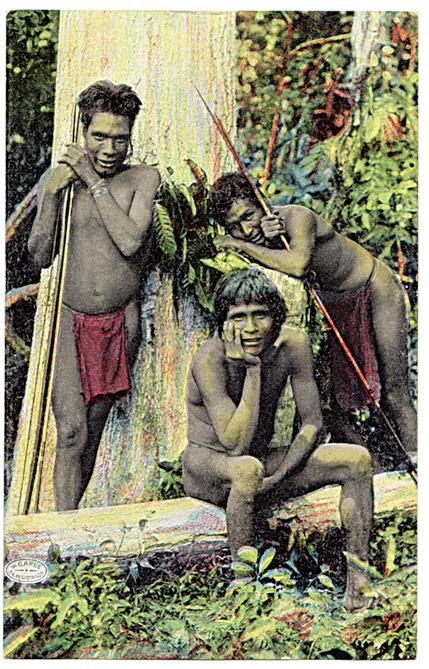 Caçadores crenaque do Vale do Rio Doce, no Estado do Espírito Santo, posam com seus arcos e flechas, divertidos e receosos por serem fotografados, por volta de 1910. Os crenaques, aparentados aos botocudos, pertenciam a um dos grupos que mais resistiram à colonização portuguesa