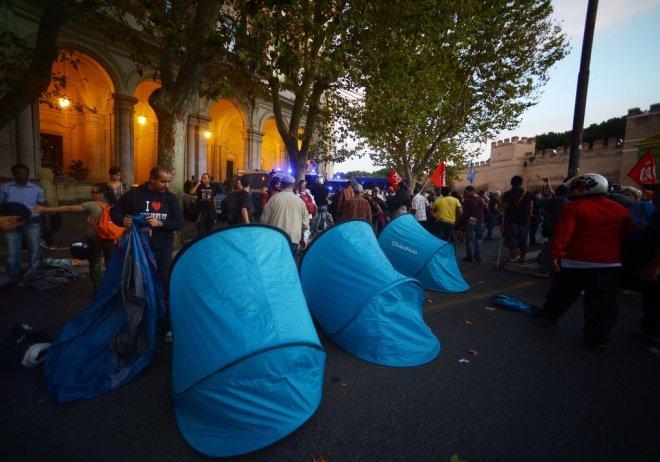 Dezenas de pessoas passaram a noite à porta do Ministério das Infra-estruturas e dos Transportes FILIPPO MONTEFORTE/AFP