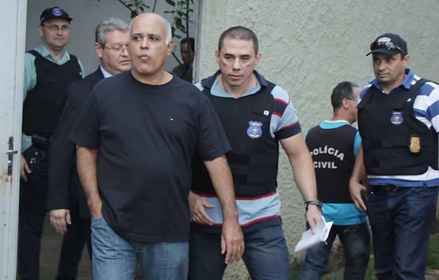 O podre, pode de rico, Maurício Borges Sampaio (com a mão no bolso)
