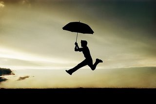 menino correndo de guarda chuva