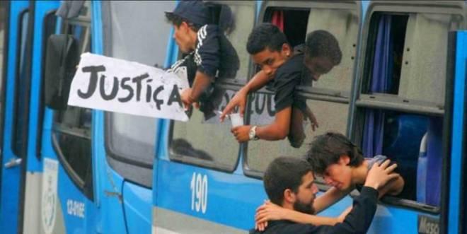Sininho se despede de seu companheiro antes de se encaminhada para o presídio. Foto: Estefan Radovicz/Agência O Dia/AE.