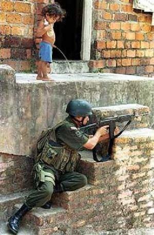 soldado urina violência favela terrorismo polícia