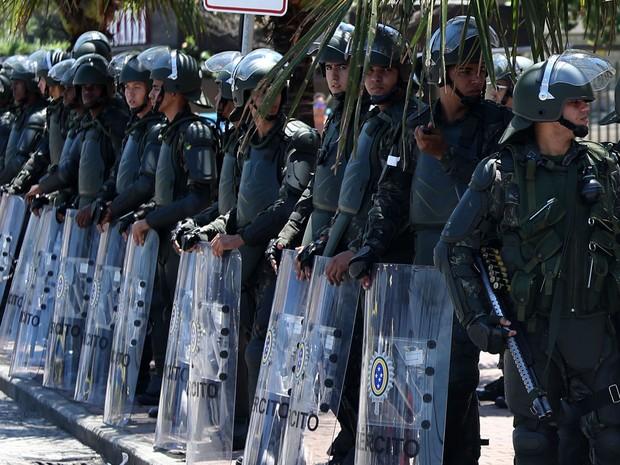 Tropas federais esperam os jornalistas