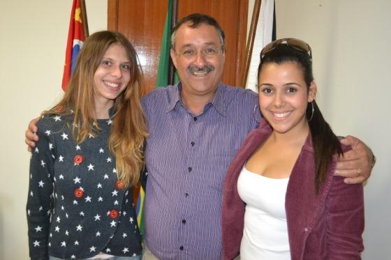 As jovens Patrícia Abreu e Julia Colle com o prefeito Daniel Oliveira