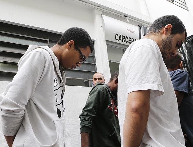 De óculos, Paulo Henrique Santiago dos Santos, 22, é transferido de São Paulo para CDP do Belém, como acontece com os criminosos do PCC. O estudante nega agressão contra o coronel Rossi da PM