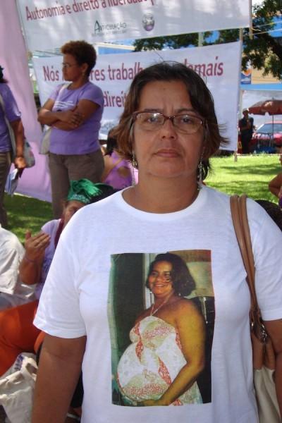 Una madre de una joven asesinada en Pernambuco, cuando estaba embarazada, reivindica en una protesta el derecho de las brasileñas a vivir libres de violencia. (Emanuela Castro/IPS)