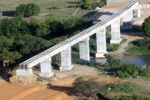 Ponte em construção: do nada para lugar nenhum