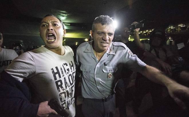 Soldado infiltrado tira Rossi do cerco dos manifestantes. O coronel não estava no comando da tropa