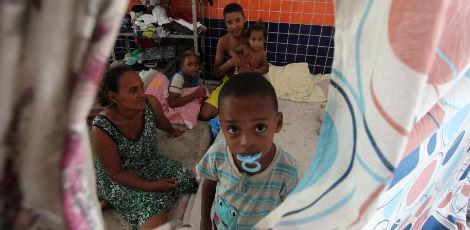 Os despejados: crianças sem lar, sem creche, sem escola, sem nada, são jogadas no Ginásio Municipal de Ipojuca, que virou depósito humano
