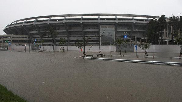Maracanã hoje. É rezar para uma Copa do Mundo sem chuva. A reformou comeu mais de um bilhão... Dinheiro rasgado e molhado. Jogado na lama