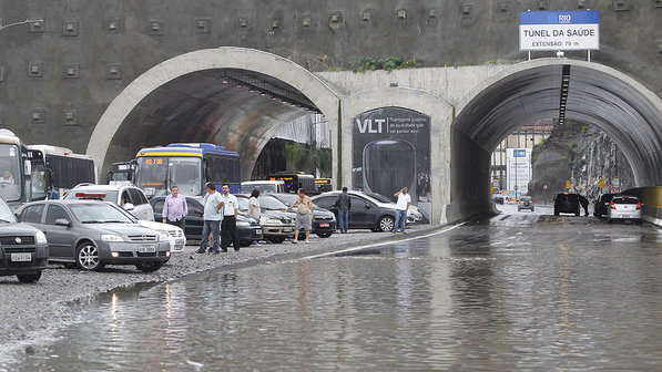 Chuva deixa ruas alagadas no Centro. A Via Binário ficou alagada na altura da Cidade do Samba - Márcia Foletto: Agência O Globo