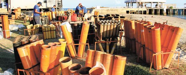 Montagem da estrutura para a queima de 4,5 toneladas de fogos na capital alagoana foi finalizada. Foto AILTON CRUZ