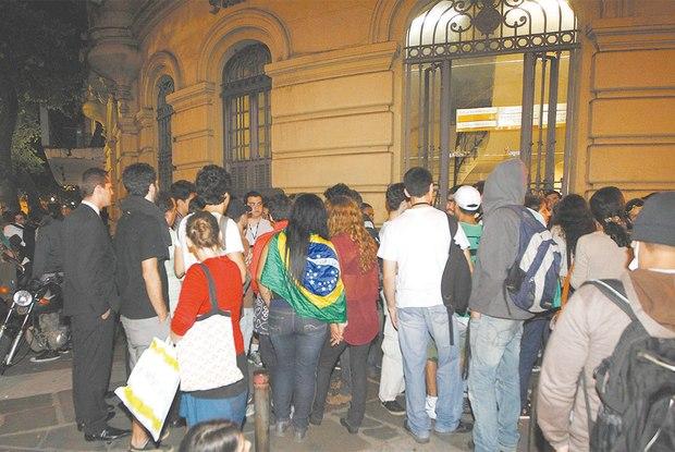 Em agosto, grupo se concentrou em frente à 9ª DP, na Glória, para cobrar e aguardar a liberação de manifestantes presos Foto:  Alessandro Costa / Agência O Dia