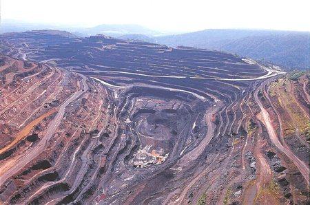 Os piratas levam tudo que é riqueza e deixam os buracos onde eram as minas gerais