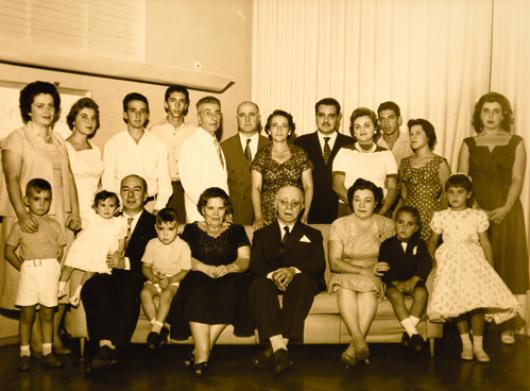 Pasquale Perrella, ao centro, com a família- sobrenome cedido a Zezé com venda do frigorífico