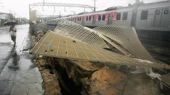 Queda de um muro na estação de trens da Piedade, na zona norte do Rio de Janeiro provocou atrasos nesta quarta-feira (11) - Fábio Gonçalves: Agência O Dia