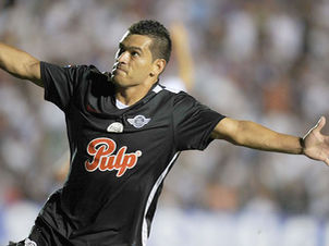 Lateral do Libertad e da seleção do Paraguai foi oferecido ao Cruzeiro (Foto: AFP)