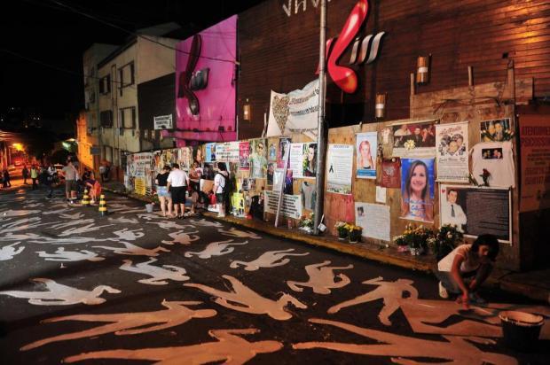 242 corpos pintados em frente ao prédio da boate