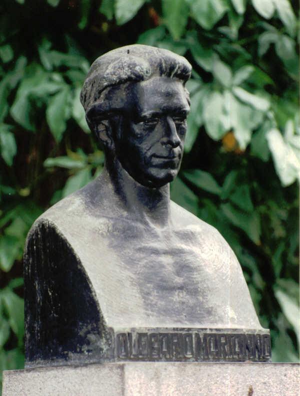 Busto de Olegário Mariano em bronze sobre pedestal em granito, na cidade do Rio de Janeiro e que terá sido furtado em 2001