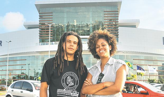 Os universitários Leonardo Bulhões e Janaína Oliveira irão aos encontros por aqui. Foto: Edvaldo Rodrigues