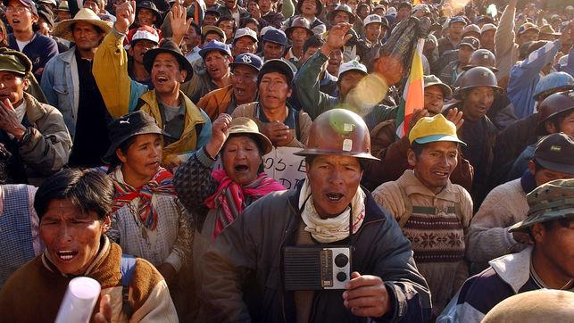 Miles de mineros celebran la renuncia del presidente boliviano en el centro de La Paz (2003). / Fotografía: Jorge Sáenz (AP)