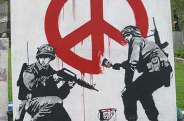 Soldados desenho o símbolo da paz, por Banksy