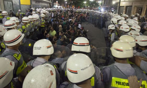 Cerco de policiais a manifestantes. / BOSCO MARTÍN