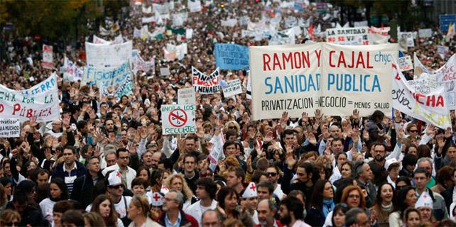 Una Marea Blanca recorre las calles de Madrid en noviembre de 2012.- REUTERS