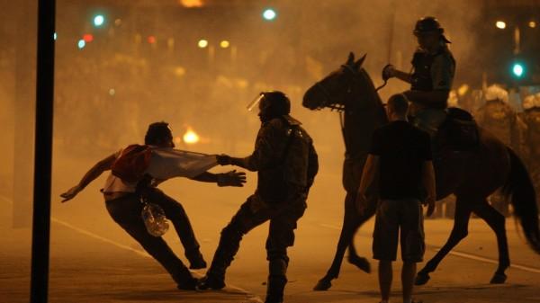protesto-na-praca-sete-regiao-central-de-belo-horizonte-terminou-em-confronto-entre-policiais-e-manifestantes-na-noite-deste-sabado-22-o-confronto-comecou-depois-que-parte-dos-1371985375088_1920x1080-600x337