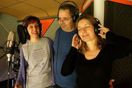 Sandra Santos gravando poemas com Laís Chaffe (veste a camiseta do seu Cidade Poema) e Alexandre Brito