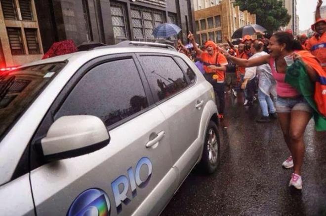 Os Garis de forma pacífica fazendo uma despedida simbólica do carro da Rede Globo, na porta do TRT, que durante toda a semana omitiu informações, minimizou as manifestações, criminalizou o movimento grevista e esteve sempre ao lado da Prefeitura. Viva os Garis e o povo que luta pelos seus direitos!