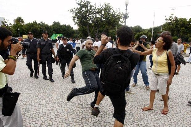 Manifestante espanca quem veste preto, na Central do Brasil, no Rio de Janeiro. Se vestisse vermelho estaria morto (T.A.)