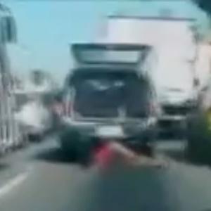 mulher-ferida-durante-uma-acao-policial-na-comunidade-da-congonha-em-madureira-zona-norte-do-rio-de-janeiro-e-arrastada-no-caminho-do-hospital-apos-o-porta-malas-onde-havia-sido-colocada-pela-policia