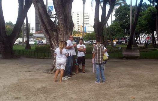 Registra o Diário de Pernambuco: Na Praça do Derby, em frente ao quartel da PM, até às 15h, apenas seis pessoas se manifestaram.