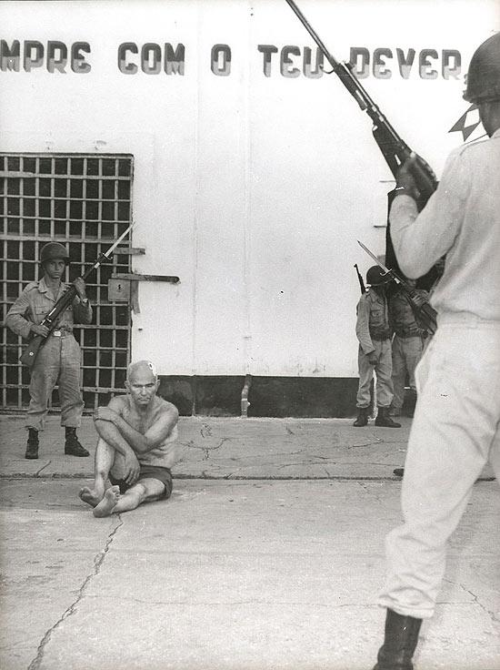 O líder comunista Gregório Bezerra, preso no pátio do Quartel de Motomecanização em Casa Forte, Recife, em abril de 1964, depois de ter sido torturado, arrastado com cordas no pescoço pelas ruas do Recife. Cenas filmadas e exibidas, na época, pelo Canal 6, dos Associados