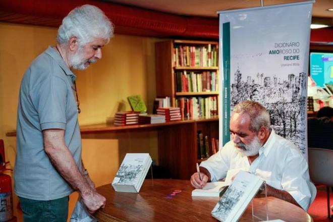 autografando o livro para Hugo Cortez