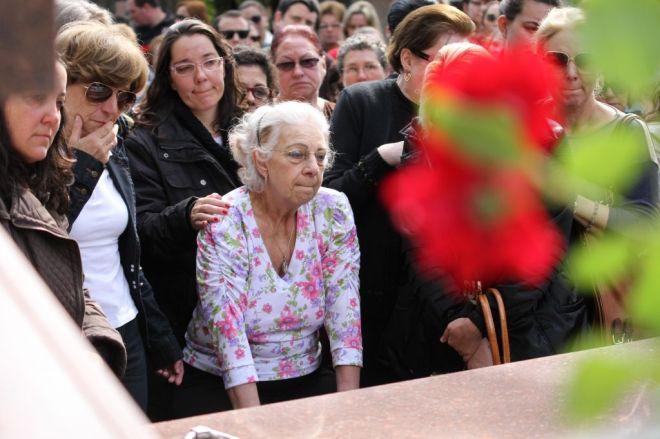 Avó de Bernardo no sepultamento do neto. Foto: Deivid Dutra/A Razão
