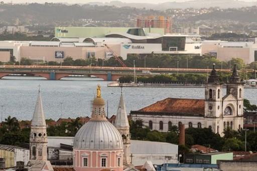 Rio Mar ocupa a cena onde existia mangue e divide a paisagem com igrejas do bairro de São José