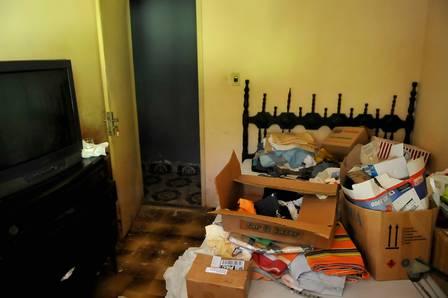 Os assassinos revistaram a casa, principalmente a papelada existente