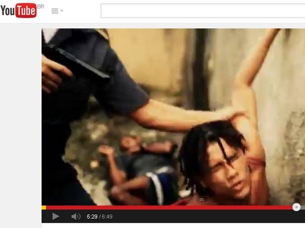 DG encenou a própria morte em 2013. A polícia transformou o filmete em realidade. Cena mil vezes repetida nas ruas do Rio de Janeiro