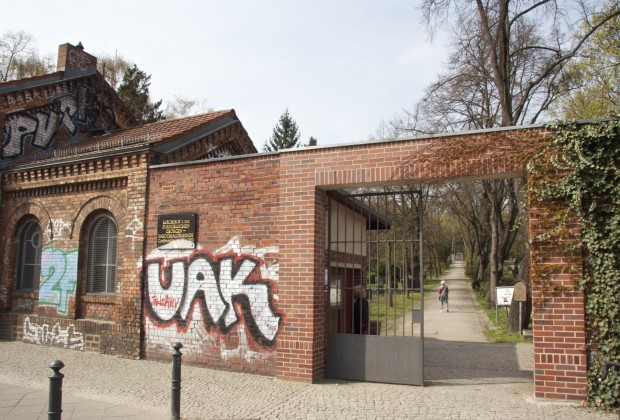 The entrance of the cemetery on the border of Mitte and Prenzlauer Berg.  (Vocativ/Joel Stonington)