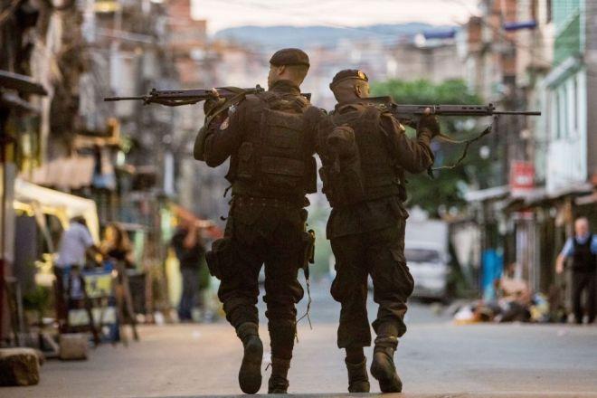 Policiais do BOPE (Batalhão de Operações Policiais Especiais da Polícia Militar) patrulham as ruas das favelas que compõem o Complexo da Maré