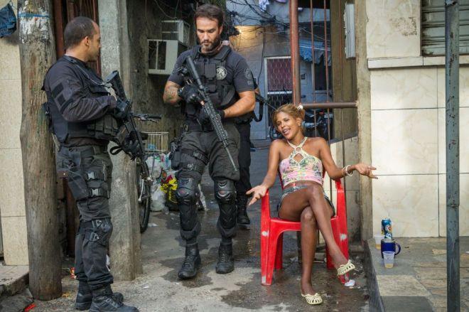 Policiais do CORE revistam uma residência no Complexo da Maré