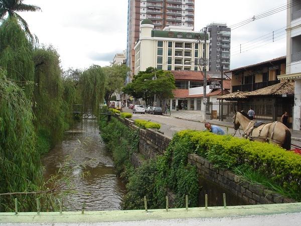 Em 2001, passeatas da população local pela preservação das águas mobilizaram a cidade que ainda tem boa parte de sua economia voltada para o turismo (Foto- Marina Almeida)