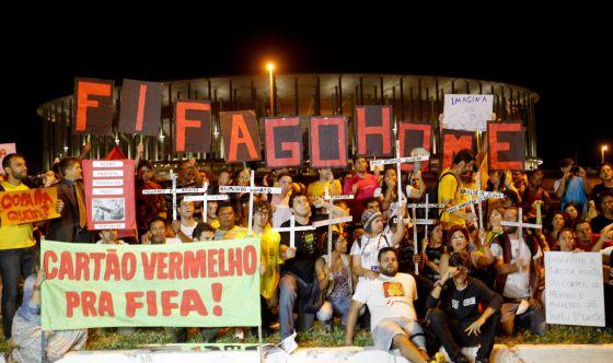 Manifestantes contra a Copa em Brasília. : FERNANDO BIZERRA JR (EFE)