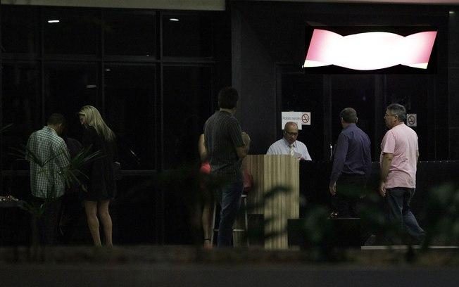 Movimentação no Alfa Pub, na noite escura dos prefeitos em Brasília. Foto Alan Sampaio/ IG