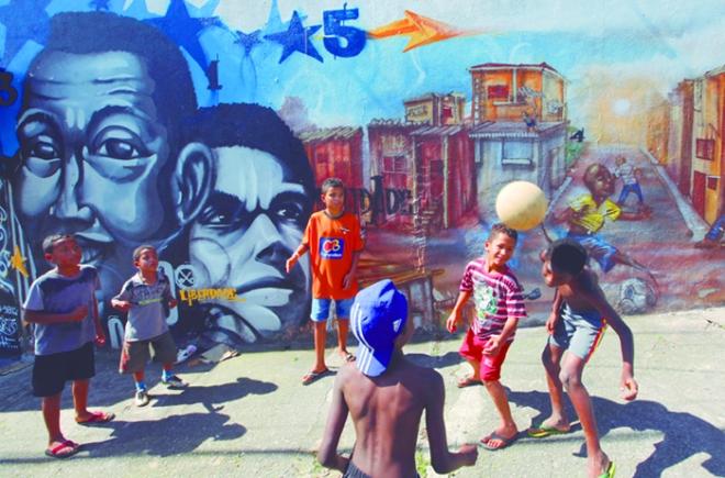 Niños jugando a fútbol en una de las favelas de Rio de Janeiro