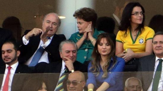 Dilma lá atrás, entre Blatter e a filha, Paula