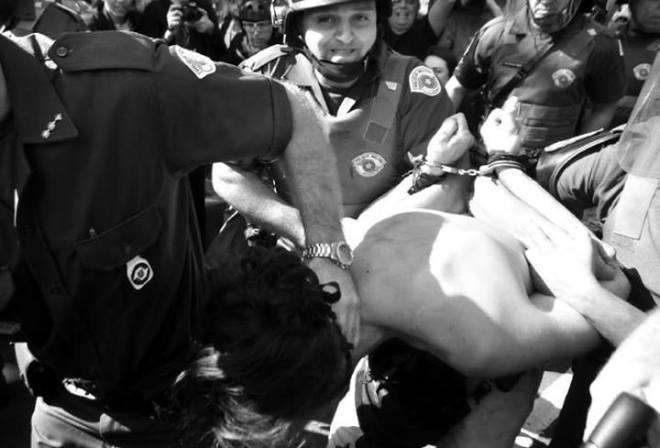 Policiais Militares do Estado de São Paulo prendem pacifista que nada fez do que se por a frente da formação. O pacifista é um professor, com seu ato de coragem acabou sofrendo escoriações e dois tiros de bala de borracha no peito, quase a queima roupa. FOTO Giovana Meneguim