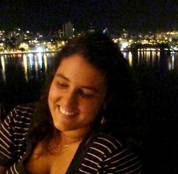 A jornalista Rebeca Mafra teve a casa invadida nesta tarde. Rebeca estava no trabalho, na Barra da Tijuca, Zona Oeste, quando recebeu uma ligação do porteiro do prédio onde mora, na Lapa, região central, dizendo que um delegado queria entrar em seu apartamento. Ao telefone, ele ameaçou arrombar a porta se Rebeca não estivesse lá em 15 minutos. Segundo a jornalista, por sorte uma vizinha tinha a chave e conseguiu abrir a porta.